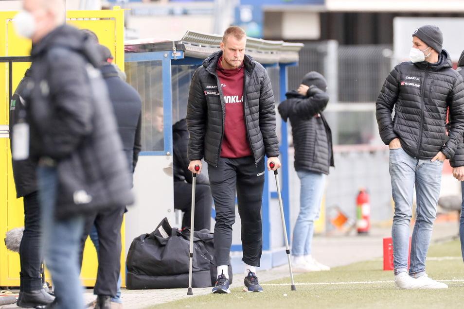 Auf Krücken gestützt geht Dynamo-Kapitän Sebastian Mai an der Bank vorbei.