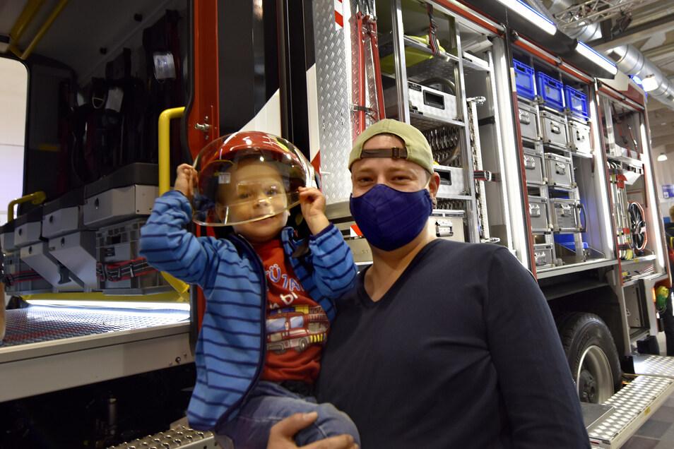 Papa Tony machte seinen Sohn Finn mit dem Besuch der Feuerwehr-Messe glücklich.