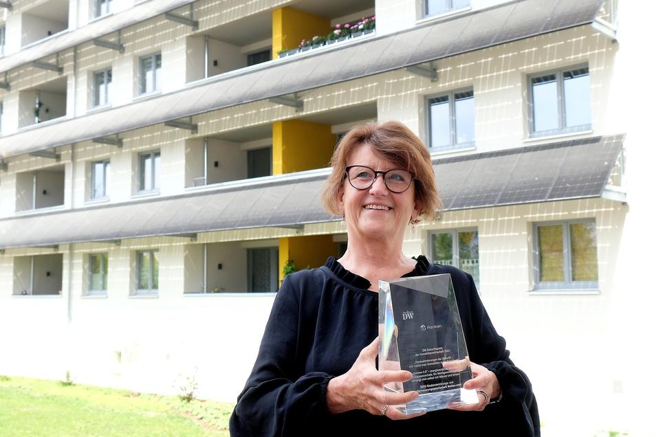 SEEG-Chefin Birgit Richter zeigt den Preis, mit dem das Pilotprojekt in Meißen gewürdigt wurde.