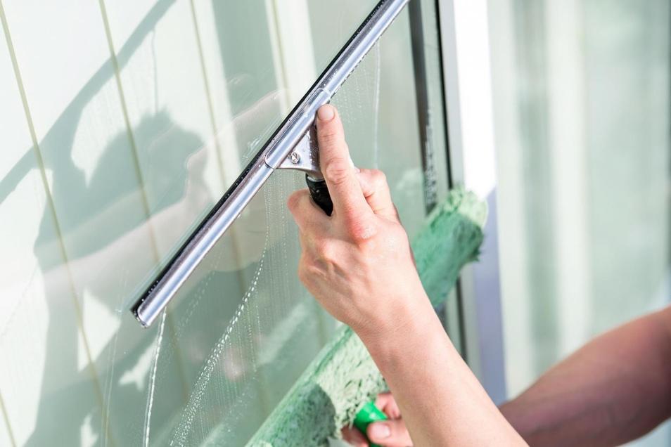 Fenster streifenfrei zu putzen muss nicht schwer sein.