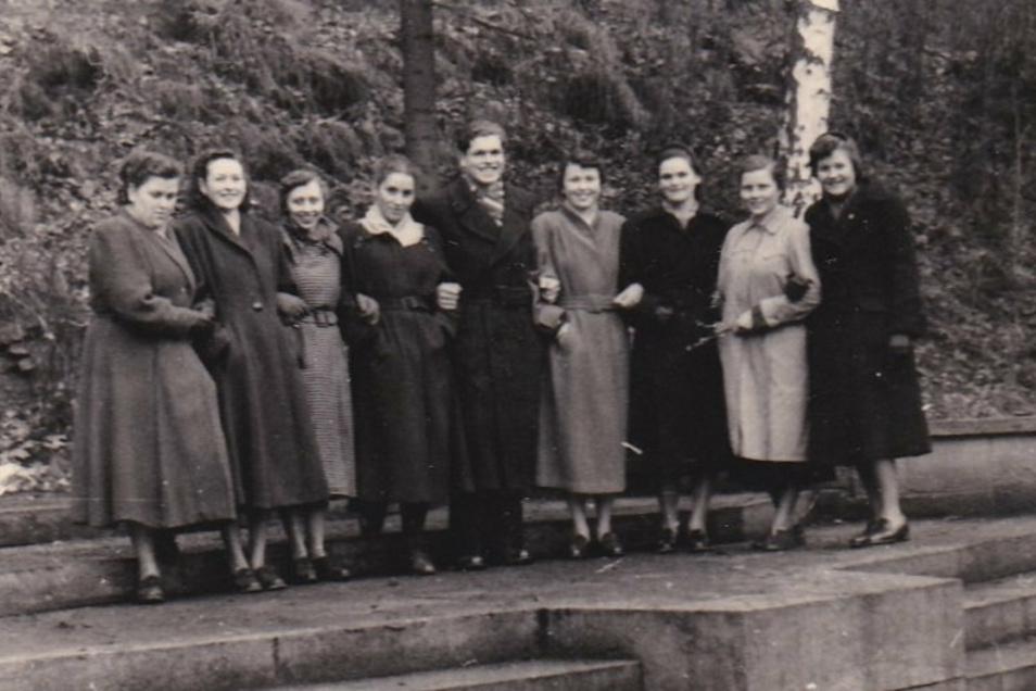 Klassentreffen um 1955 auf der Gottleubaer Parkbühne. Die Zweite von rechts ist Hildegard Förster aus Heidenau.