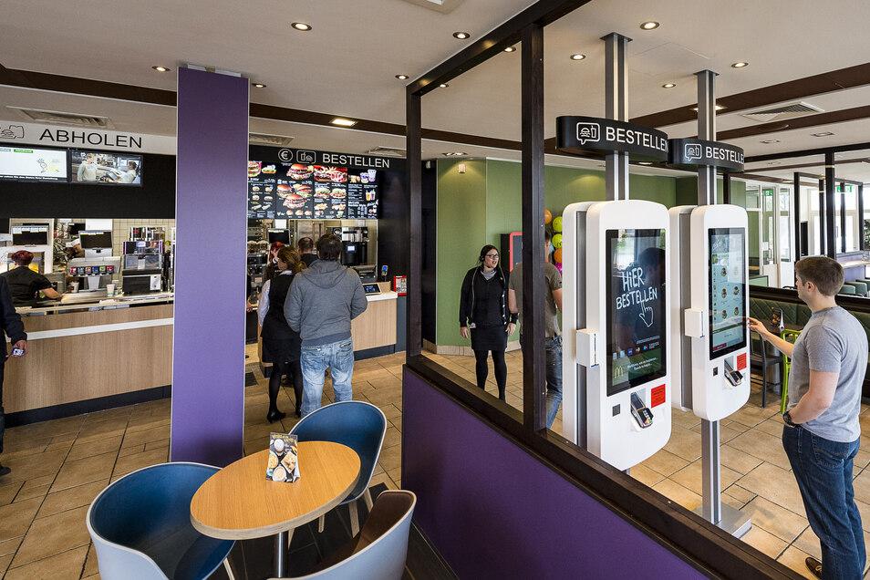 McDonalds heute: 2017 wurde die Filiale in Königshufen modernisiert. 2018 eröffnete Burger King in Sichtweite einen Neubau.