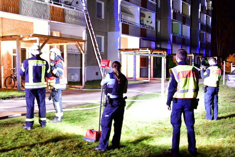 Die Feuerwehr konnte den Vollbrand eines Zimmers im Erdgeschoss des Hauses relativ schnell löschen.