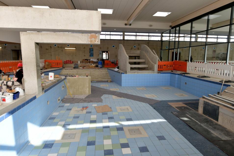 Das Erlebnisbecken wird eine Rutsche und andere Wasserattraktionen bekommen. Hinter der Glaswand rechts geht es zum Schwimmerbecken.