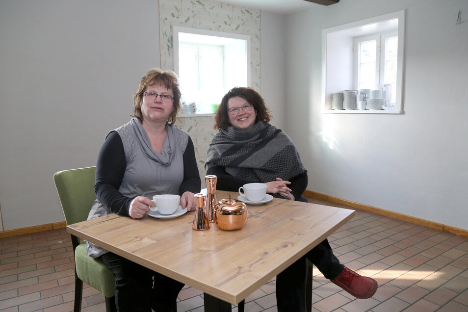 Annett Jagiela (re.) mit ihrer Mutter im Forsthaus Erlichthof in Rietschen.