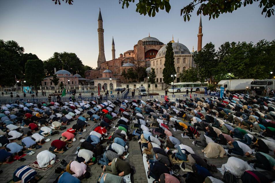 Muslime versammeln sich vor der Hagia Sophia zum Abendgebet nach der Gerichtsentscheidung zur Umwandlung der früheren Kirche von einem reinen Museum in eine Moschee.