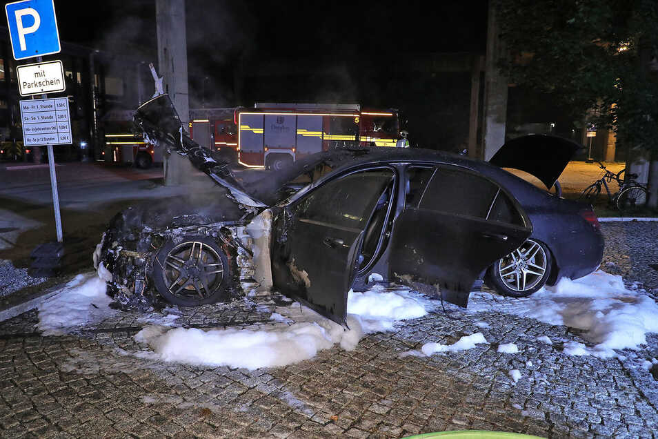 """Dieser Mercedes brannte auf dem Gelände des Gewerbeparks """"Zeitenströmung"""" teilweise aus."""