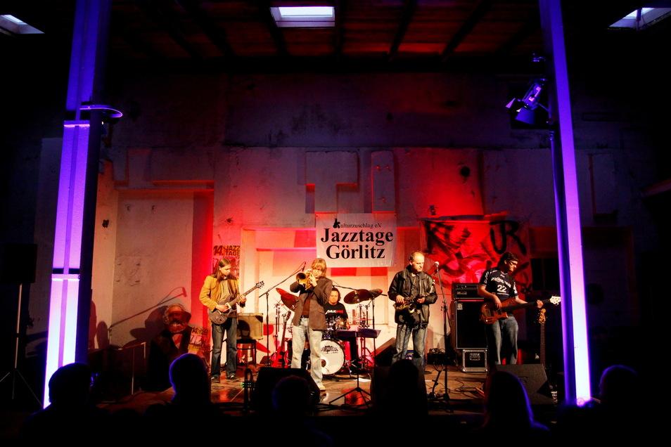 Vor einigen Jahren spielte die polnische Band Funk de Nite zur Eröffnung der Jazztage in einer alten Fabrikhalle auf der Christoph-Lüders-Straße.
