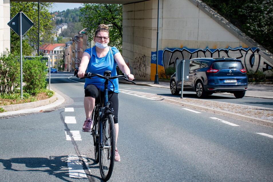 Katrin Beulich ist mit ihrem Fahrrad auf dem Waldheimer Bahnhofsberg unterwegs. Einen Radweg gibt es dort nicht. Ein solcher wäre an dieser Stelle aber auch nicht förderfähig und schwer umsetzbar.