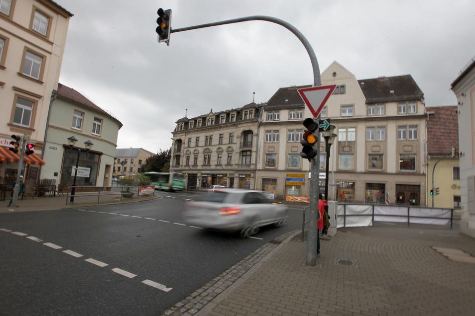 Volkshauskreuzung in Pirna: Die Stelle mit der abgesenkten Fahrbahn ist wieder repariert.
