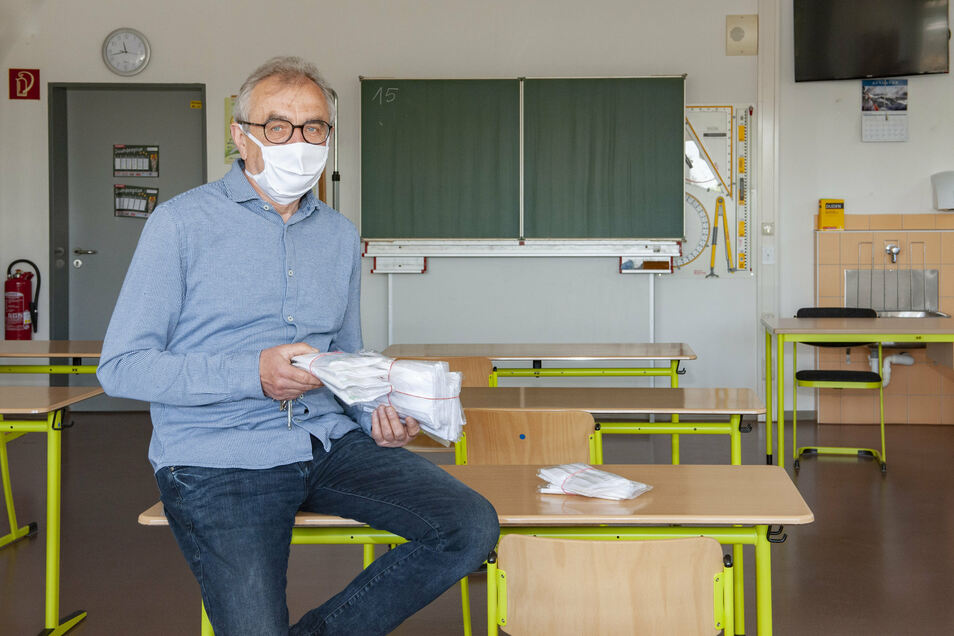 Schulleiter Axel Hackenberg von der Großenhainer Oberschule Am Schacht ist vorbereitet. Er hat den Mundschutz für die Schüler - und die Zimmer sind nur noch für die halbe Klasse bestuhlt.