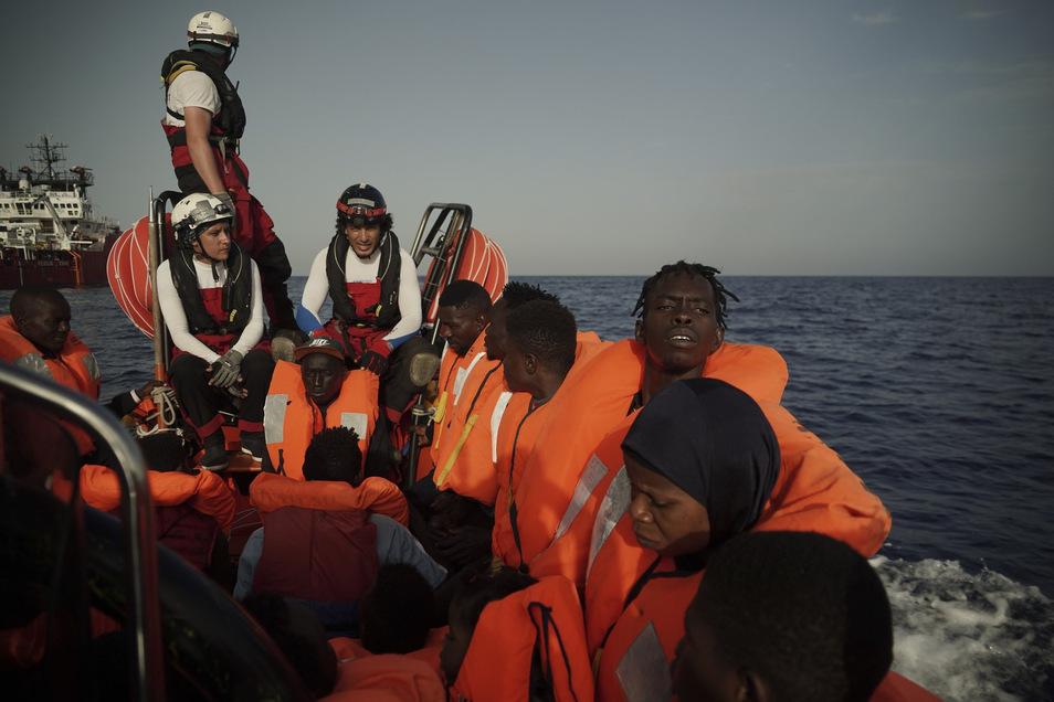 """Im Mittelmeer gerettete Migranten werden zur """"Ocean Viking"""" gebracht, das Rettungsschiff SOS Mediterranee und Ärzte ohne Grenzen."""