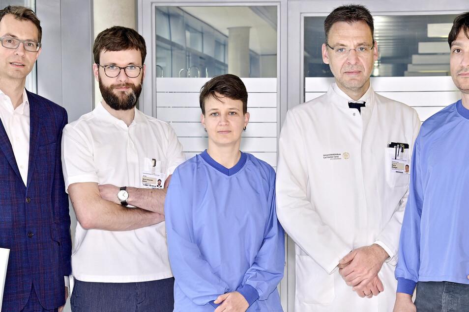 Professor Mario Rüdiger (Zweiter von rechts) mit seinem Team, das aus der Nabelschnur Neugeborener Zellen für die Heilung von Corona-Kranken gewinnt.