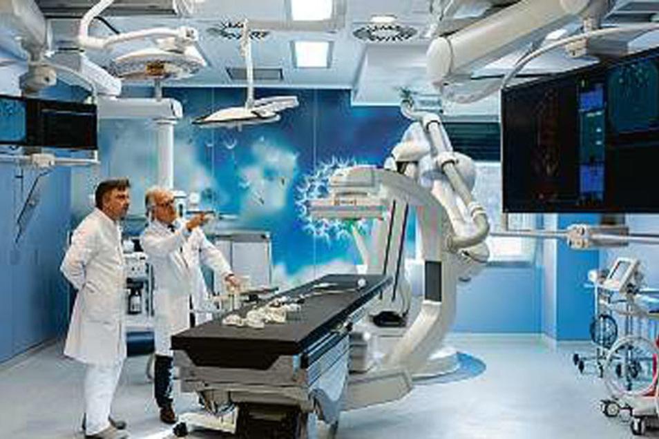 Die Operation fand im neuen Hybrid-Operationssaal statt, der mit einem schwenkbaren Röntgenapparat ausgestattet ist.