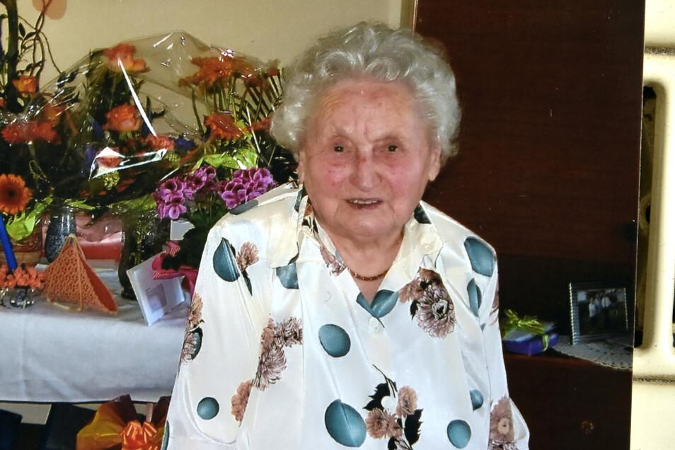 Irmgard Genthe beim letzten Geburtstag in ihrer eigenen Wohnung 2017.