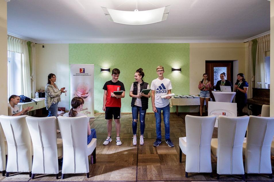 Voriges Jahr wurden die Jugendweihen in den Herbst verschoben, hier eine Stellprobe im Berggasthof auf dem Rotstein mit Anja Mai vom Jugendweihe-Verein Sachsen (2. v. l.).