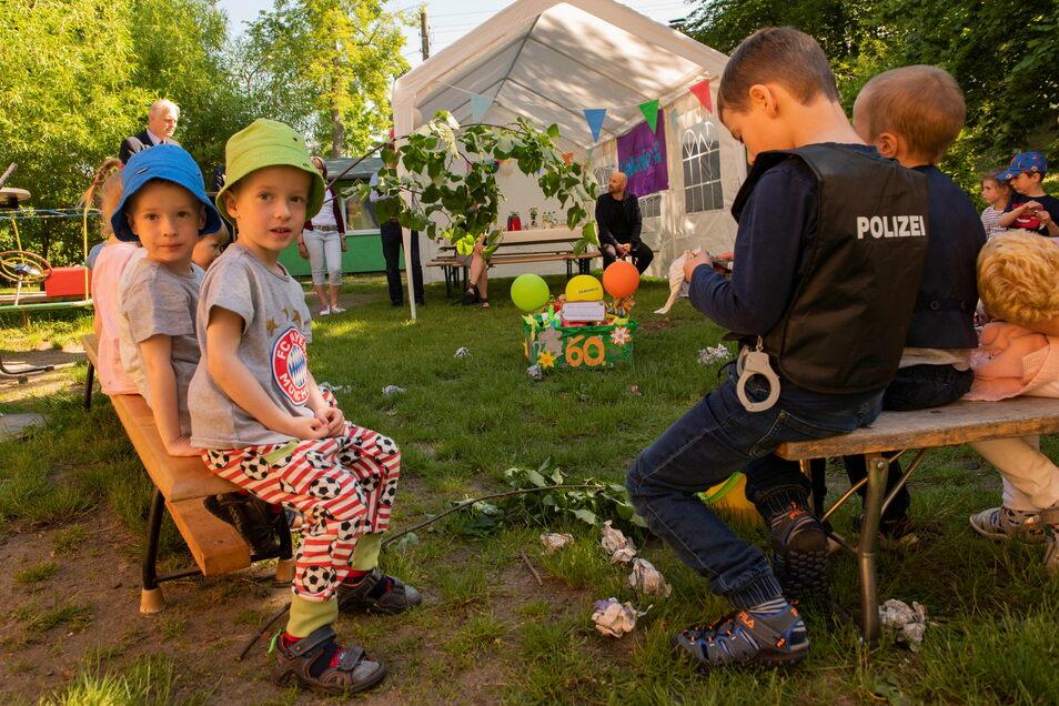 """Zum 60. Geburtstag des Straucher """"Mäusestübchens"""" gab es auch ein Geschenk aus der Kita Skäßchen. Ole und Conner (l.) freuen sich wie die anderen Kinder darüber."""