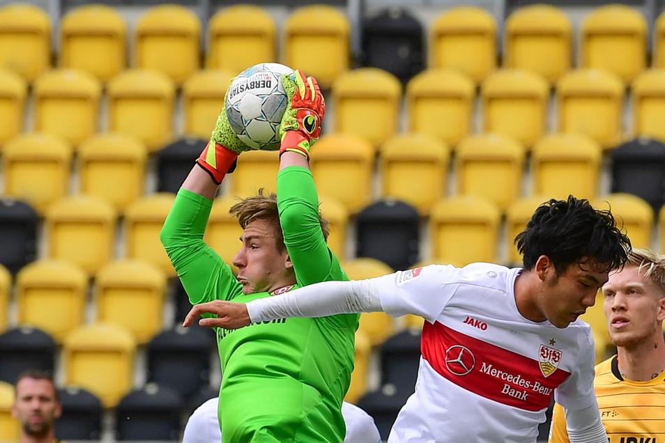 Dynamo-Torwart Kevin Broll ist vor Stuttgarts Wataru Endo (r.) am Ball. Die Dresdner zeigen gegen den Aufstiegsfavoriten eine leidenschaftliche Leistung.