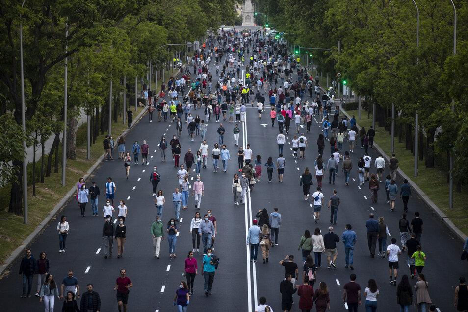 Menschen treiben auf dem Paseo de la Castellana in Madrid Sport.