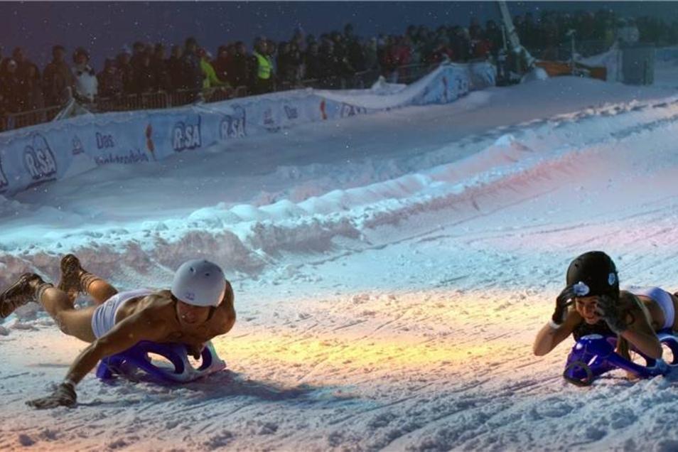 Über mangelnden Schnee konnten sich die Veranstalter in Altenberg nicht beklagen - im Gegenteil. Vor Beginn des Nacktrodelns hatte es tagsüber wie verrückt geschneit.