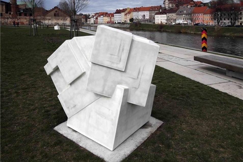 Sieht aus ... wie ein Kristall. Tatsächlich stellen die Skulpturen am Uferpark Salzkristalle dar. Künstler Matthias Lehmann spielt damit auf die Handelsrouten an, die wie die Via Regia durch Görlitz verlaufen.