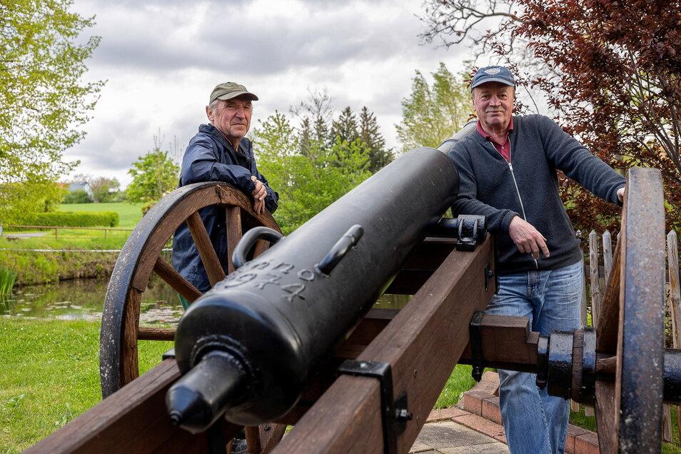 Gerold Zimmermann und Thomas Benedix (r.) haben immer einen Blick auf die Nentmannsdorfer Kanone.