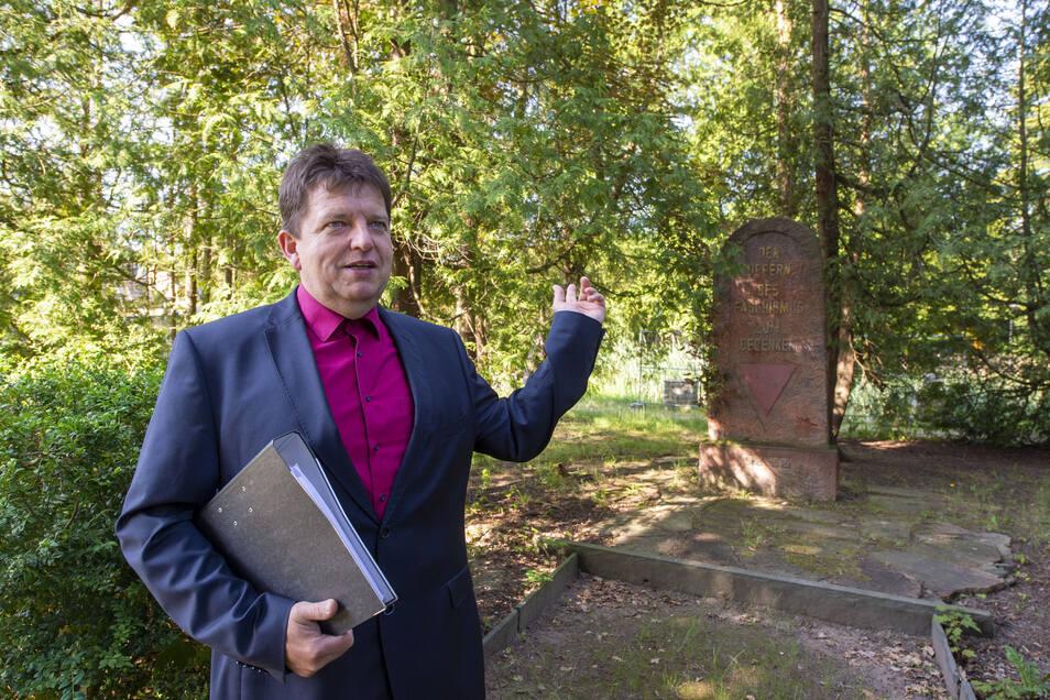 """Harthas Bürgermeister Ronald Kunze informiert über die geplante Umgestaltung des Stadtparks """"Am Reinhardtsthal"""" an der Dresdener Straße. Das Denkmal soll restauriert und an anderer Stelle im Park aufgestellt werden."""