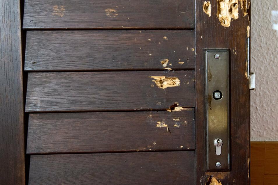 Die alte Tür: Sie hielt den Schüssen des Attentäter stand.