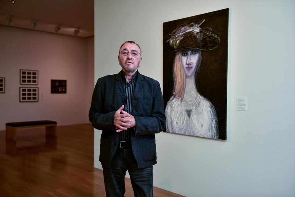 Jürgen Böttcher - besser bekannt unter seinem Künstlernamen Strawalde - vor einem seiner Werke im Stadtmuseum Dresden.