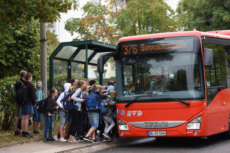 Hunderte von Kindern steigen am Gymnasium Dippoldiswalde in die verschiedenen Busse. Das Wartehäuschen, das jetzt dort steht, ist dafür viel zu klein.