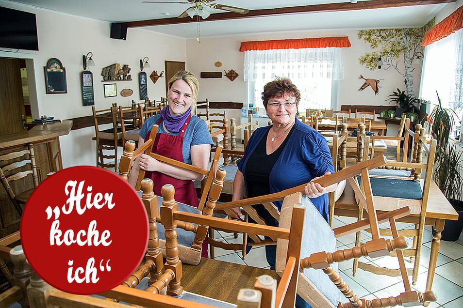 """Simone Schröter (rechts) und Tochter Susanne Hoppenz sind Herz und Seele der Gaststätte """"Zur Hohen Dubrau"""" in Steinölsa. Am Sonntag öffnen sie wieder für ihre Gäste."""