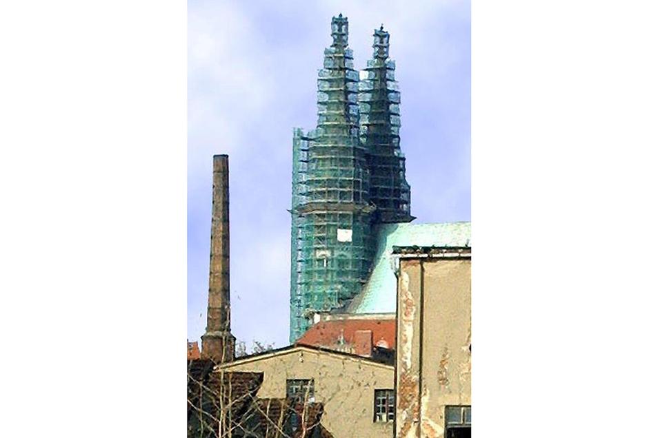 Wegen drohender Abstürze von Zierelementen erfolgte von 2001 bis 2003 eine sehr umfangreiche Sanierung der beiden Peterskirchen-Westtürme. Foto: Sammlung Schermann