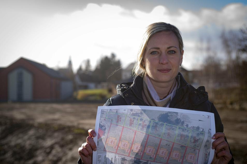 Elstras Bauamtsleiterin Helen Mc Tiernan zeigt den Plan für das neue Baugebiet. Inzwischen hat die Erschließung begonnen.