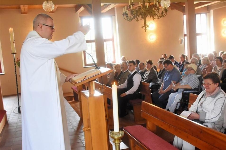 Pastor Daniel Krause eröffnet am Sonntagvormittag den Gottesdienst der evangelisch-lutherischen Gemeinden Klitten und Weigersdorf in der Kirche Klitten.