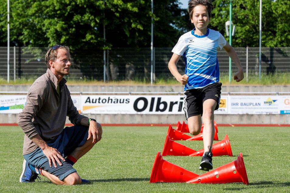 Lucas Eifler beim Training mit Trainer Matthias Aust im Zittauer Weinaupark-Stadion.