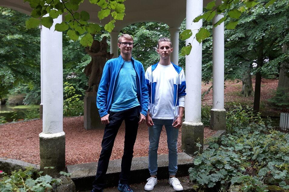 Den Bischheimer Park kennen Arne Rudolph (l.) und Jannik Schneider gut, kommen sie doch beide aus dem Haselbachtal. Die zwei jungen Männer absolvierten das Abitur am Lessing-Gymnasium in Kamenz mit einer glatten Eins.