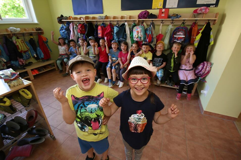 Arthur und Emma haben sich über die neuen Garderoben gefreut, die in der Kita Niederstriegis entstanden sind.