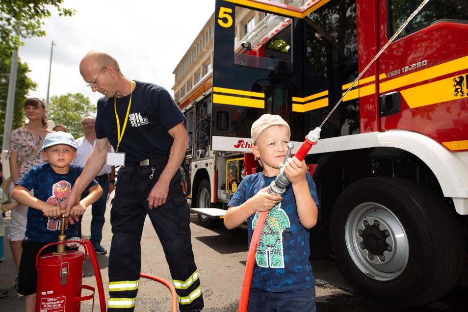 Luca (5, vorn) durfte mit dem Feuerwehrschlauch spritzen. Zwillingsbruder Finn pumpte das Wasser dafür.
