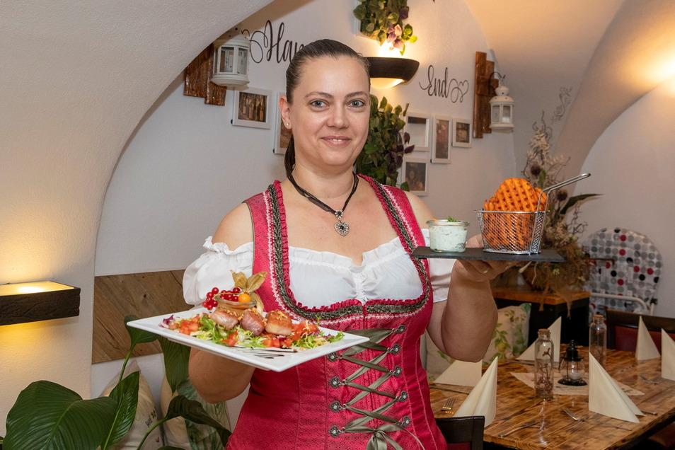 """Serviert moderne Landhausküche: Anja Lehmann vom Gewölberestaurant """"Happy end"""" in Königstein mit Ziegenkäse, Schwarzwälder Schinken und Süßkartoffeln."""