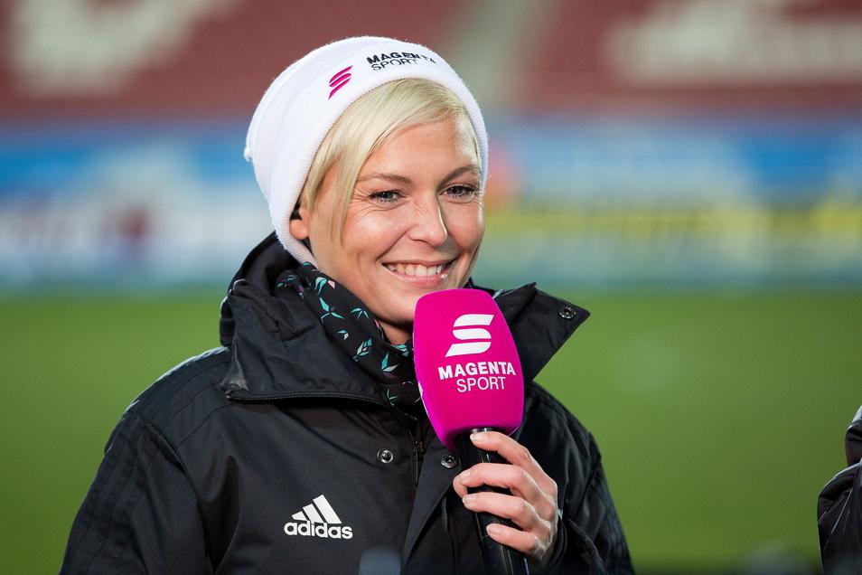 Nett lächeln und frech fragen – Anett Sattler gibt den Fußballübertragungen von Magenta Sport ein Gesicht.