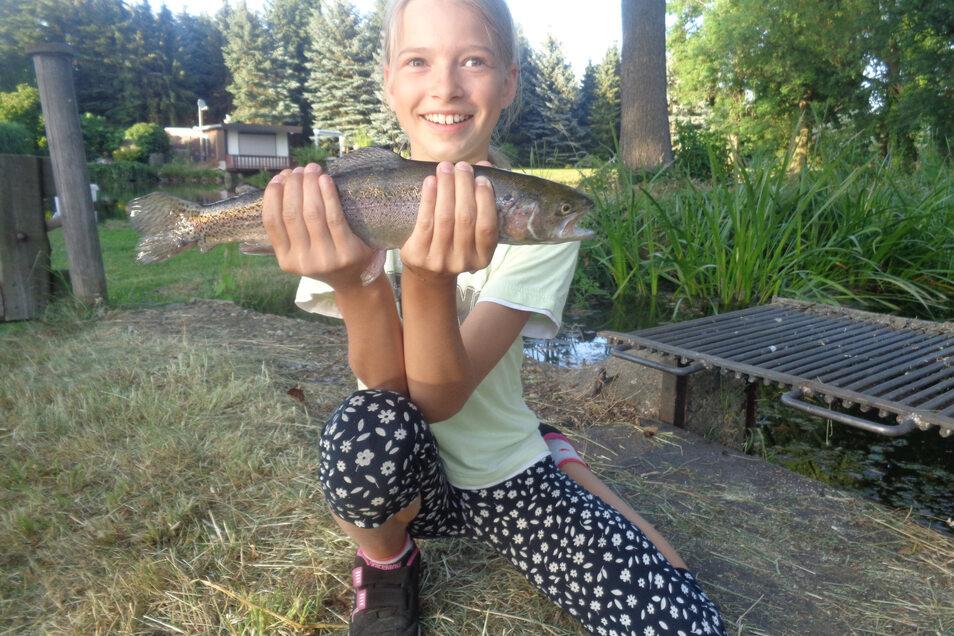 """Pia Lüdemann vom Anglerverein """"Röderaue"""" Großenhain e.V. hat wieder einmal den größten Fisch des Tages gefangen. Beim Jugendnachtangeln kurz vor den Ferien hatte die Elfjährige erstmals Mitangler der Outlaw gGmbH als Sitznachbarn."""