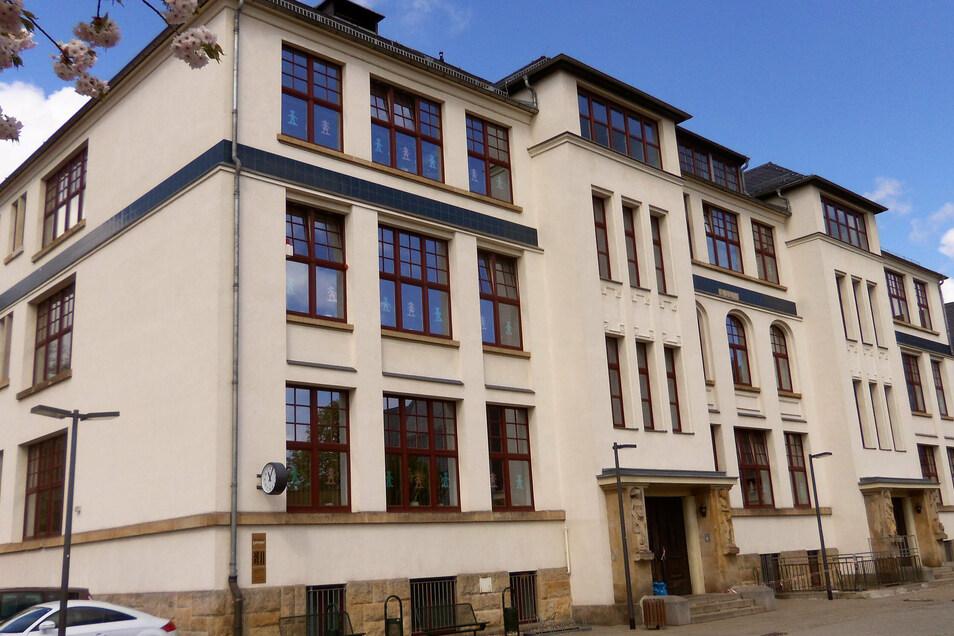 Schön saniert, doch innen etwas bröcklig: In der 35. Grundschule in Löbtau kam der Deckenputz herunter.