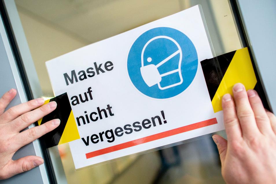 Längst nicht jeder hält sich an die Regelung, dass in Bussen, Bahnen und Geschäften eine Maskenpflicht gilt. Das Ordnungsamt kontrolliert das nun verstärkt.