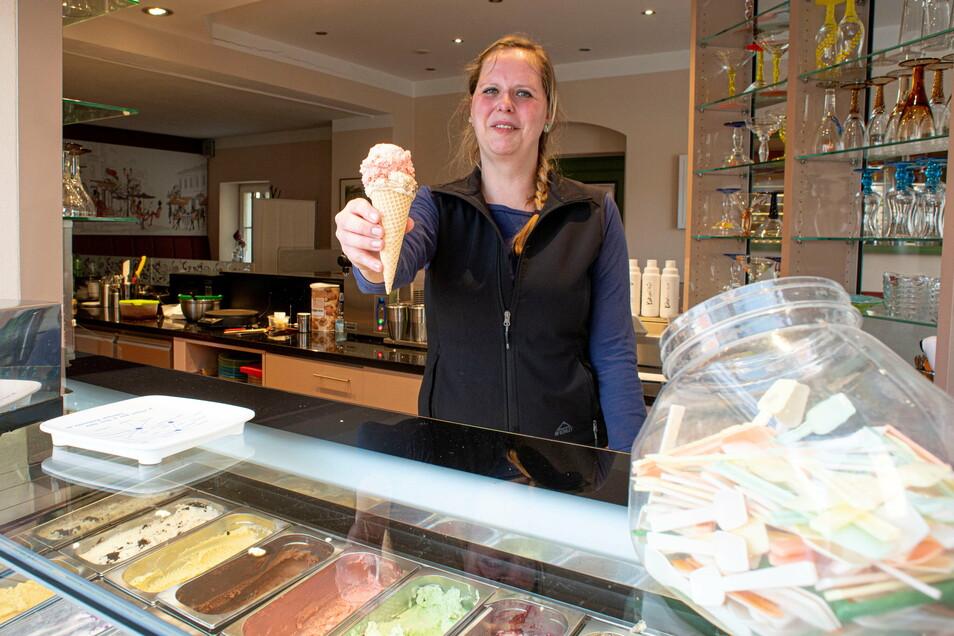 Annekatrin Pieper steht im Café Klostertor am Eis-Fenster. 14 Sorten sind aktuell zu haben plus diverse Eisbecher und Crepes. Seit 20. Februar ist geöffnet, täglich von 12-17 Uhr.