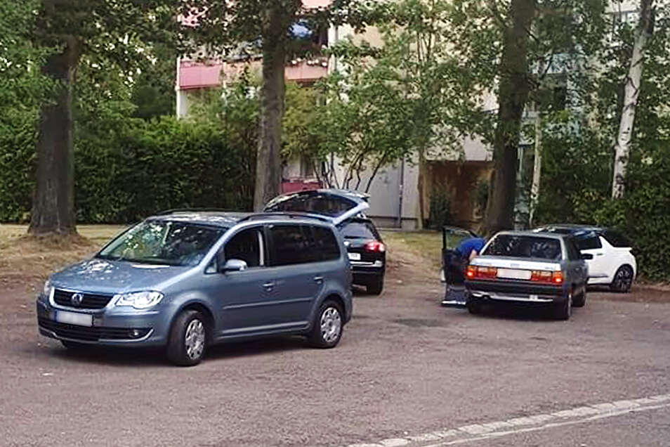Polizeibeamte stellen in Döbeln Ost nach einer Verfolgungsjagd zwei Personen in einem Audi.