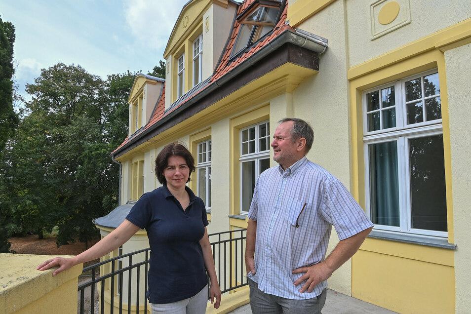 Joanna Martis und ihr Geschäftspartner Adam Roslewski auf einem Balkon des sanierten Schlosses Biesendahlshof. Der deutsche Gesetzesdschungel stellt sie vor ungeahnte Herausforderungen.
