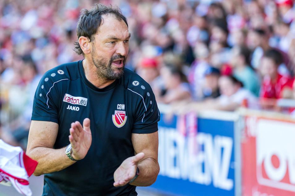 Der Cottbuser Trainer Claus-Dieter Wollitz hält sein Team derzeit für zu schwach besetzt, um sich den Aufstieg als Ziel setzen zu können.