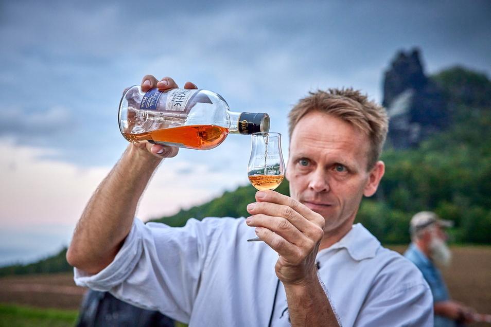 """""""Genießen, nicht konsumieren."""" Der Berufsfeuerwehrmann Jens Schumann ist im Nebenerwerb Reiseleiter im Whiskybus."""