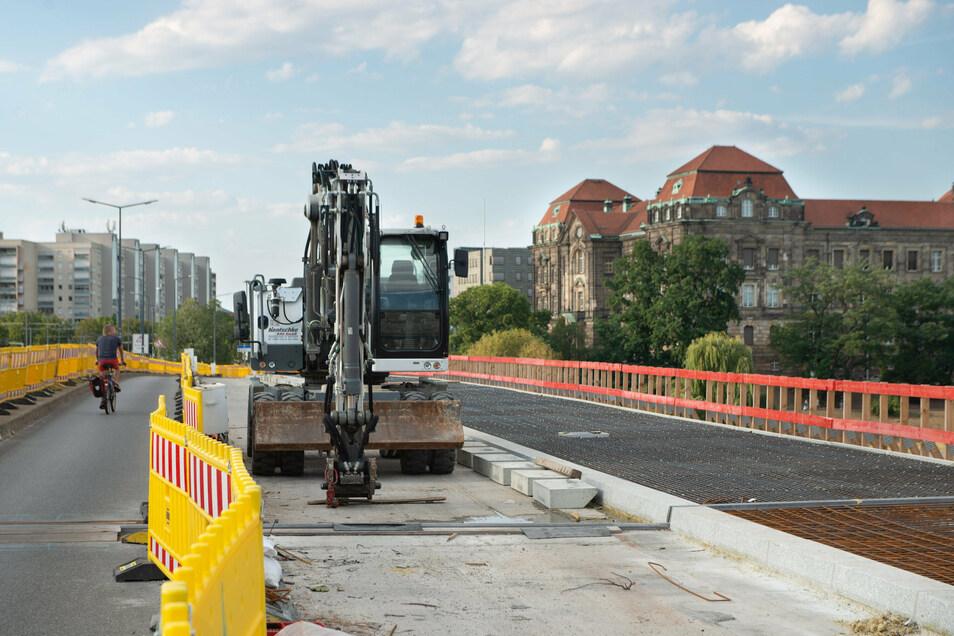Noch müssen Fußgänger und Radfahrer den Behelfsweg auf der Carolabrücke nutzen. Doch der neue Fußweg nimmt schon sichtbare Konturen an.