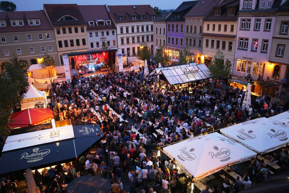 Volle Hütte: Beim Bierstadtfest ist auf dem Radeberger Markt oft kaum noch ein Platz zu finden.